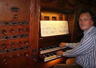 foto Gerard bij orgel Noordwolde