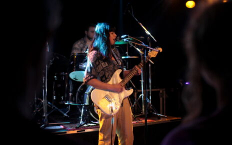 VRIJDAG popband basgitaar-foto-Suzanne Matrosov-Vruggink